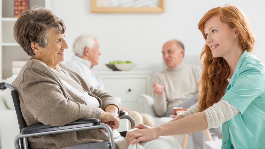 Wer einen Pool von Pflegekräften zur Auswahl hat, die sich etwa die Einsatztage aussuchen können und die Befugnis zur freiberuflichen Ausübung haben, kann nicht von der Selbständigkeit dieser Pflegekräfte ausgehen. (Bild: © iStock)