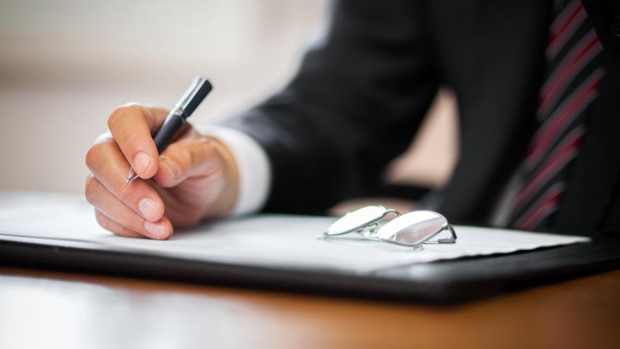 Der Beitrag von Mag. Thomas Kiesenhofer soll aufzeigen, wie man die Verträge bei Rechtsanwaltsgesellschaften gestalten muss, um Lohnsteuer- und Lohnebenkostenpflicht zu vermeiden. (Bild: © iStock)